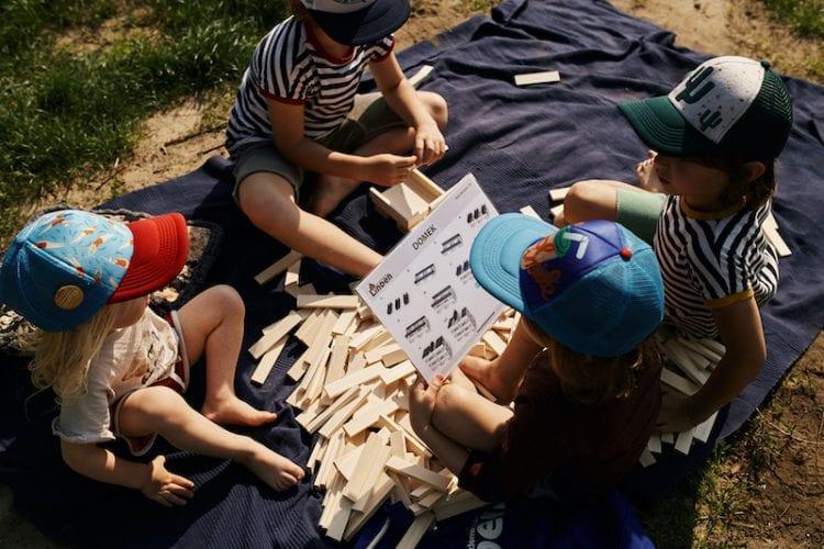 Zabawki drewniane pokazują swoją ponadczasowość i radość dziecka