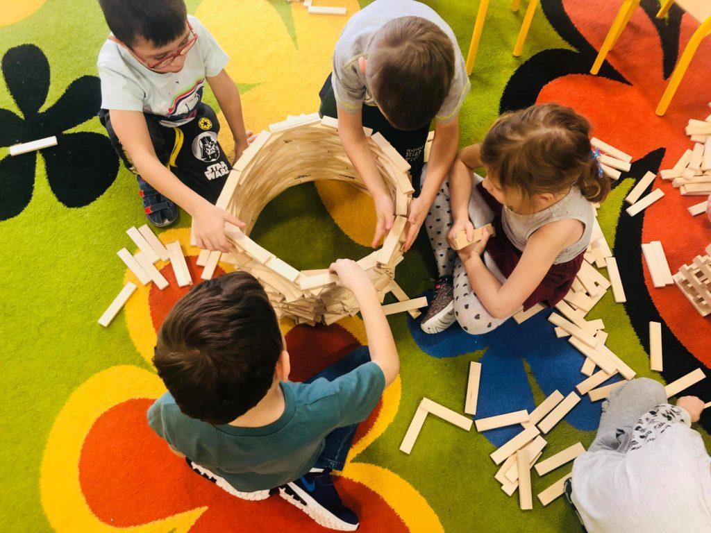 edukacyjne duze klocki drewniane najlepsza zabawa w przedszkolu 500x450 1 1024x768 - Duże drewniane klocki są w pełni bezpiecznie dla dzieci? Na co zwrócić uwagę? Czy wiek dziecka ma znaczenie?