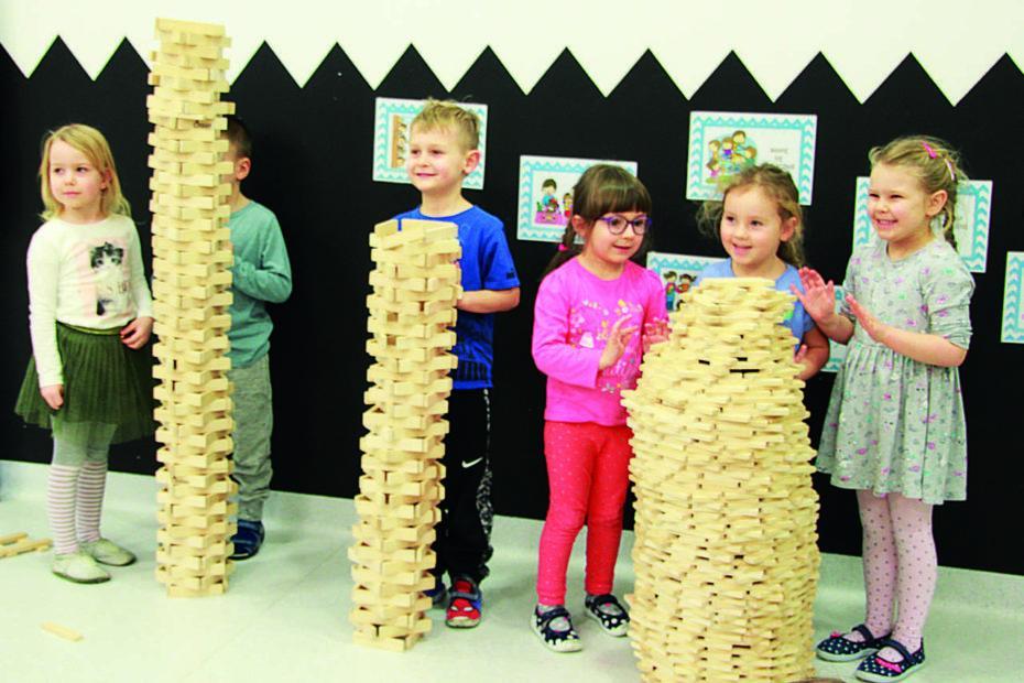klocki drewniane duze 2 930x620 - Duże drewniane klocki są w pełni bezpiecznie dla dzieci? Na co zwrócić uwagę? Czy wiek dziecka ma znaczenie?