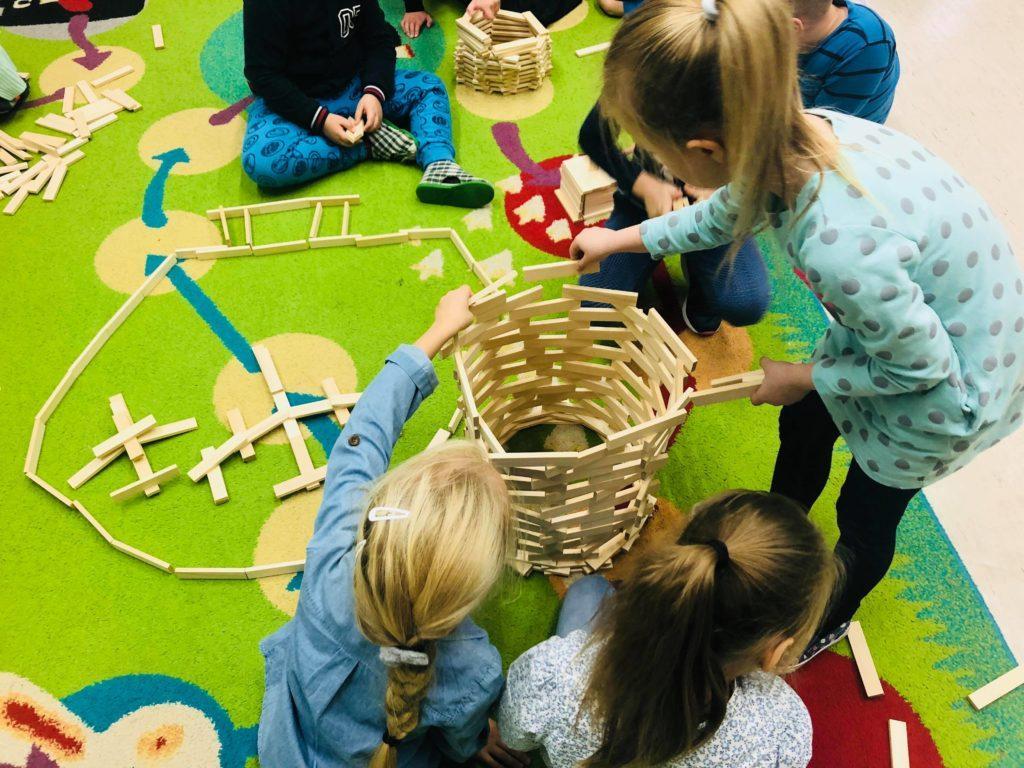 klocki drewniane duze dla kazdego 500x450 1 1024x768 - Duże drewniane klocki są w pełni bezpiecznie dla dzieci? Na co zwrócić uwagę? Czy wiek dziecka ma znaczenie?