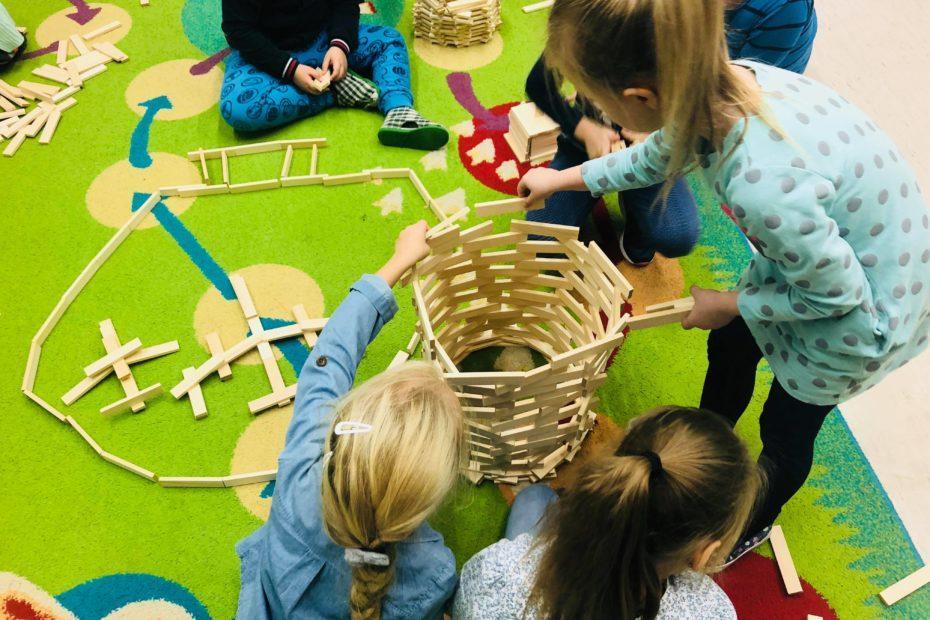 klocki drewniane duze dla kazdego 500x450 1 930x620 - Pomysły jak ułożyć klocki drewniane dla dzieci – Linden podpowiada i uczy