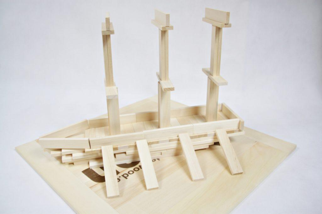 latwe w utrzymaniu duze drewniane klocki dla dzieci 500x450 1 1024x683 - Duże drewniane klocki są w pełni bezpiecznie dla dzieci? Na co zwrócić uwagę? Czy wiek dziecka ma znaczenie?