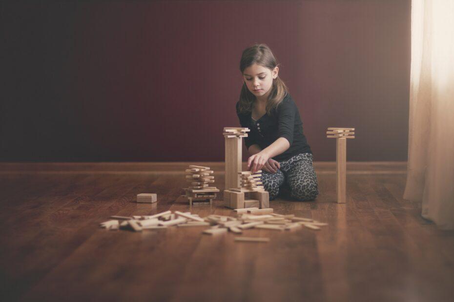 dziewczynka z drewnianymi klockami